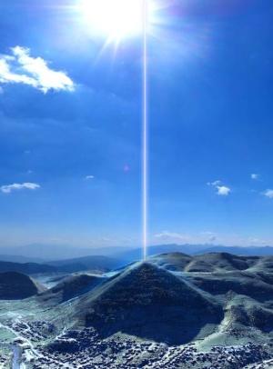 Attention ! Les pyramides se réveillent... Energy-beam-bosnia